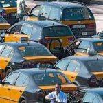 Cua de taxistes a l'estació de Sants, el juny de l'any passat. ARXIU / DANNY CAMINAL