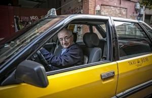 Antonio Carmona abandona la ITV tras certificar una vez más que su Renault 21 está impecable, el 23 de diciembre. //JOAN CORTADELLAS