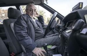 Antonio, a los mandos de su veterano taxi, que acumula 1,2 millones de kilómetros.